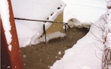Kışın karda donmuş çatı resmi ve kar-buz eritme sistemi