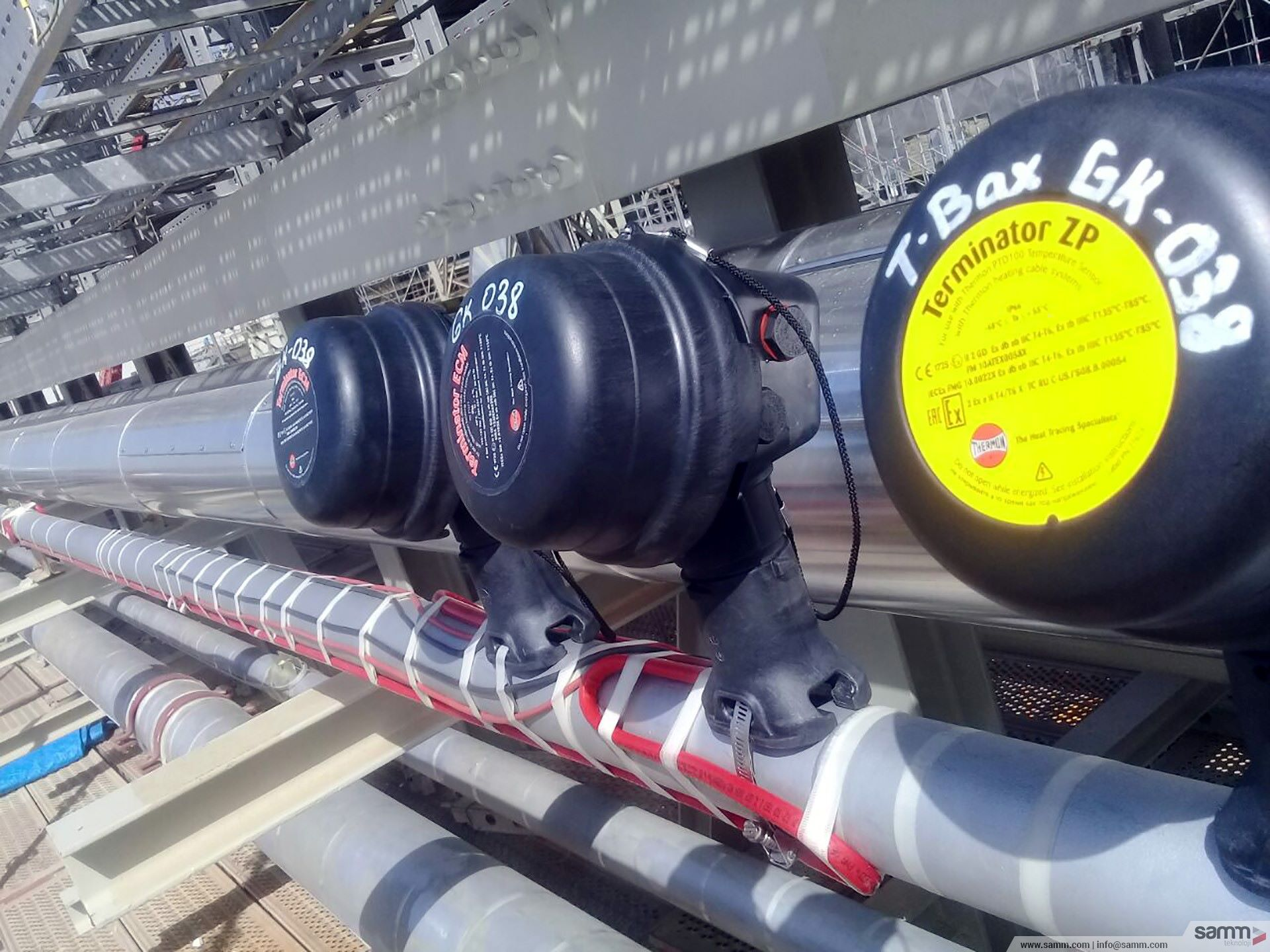 Samm Teknoloji | Heat tracing and junction box installation on pipeline.