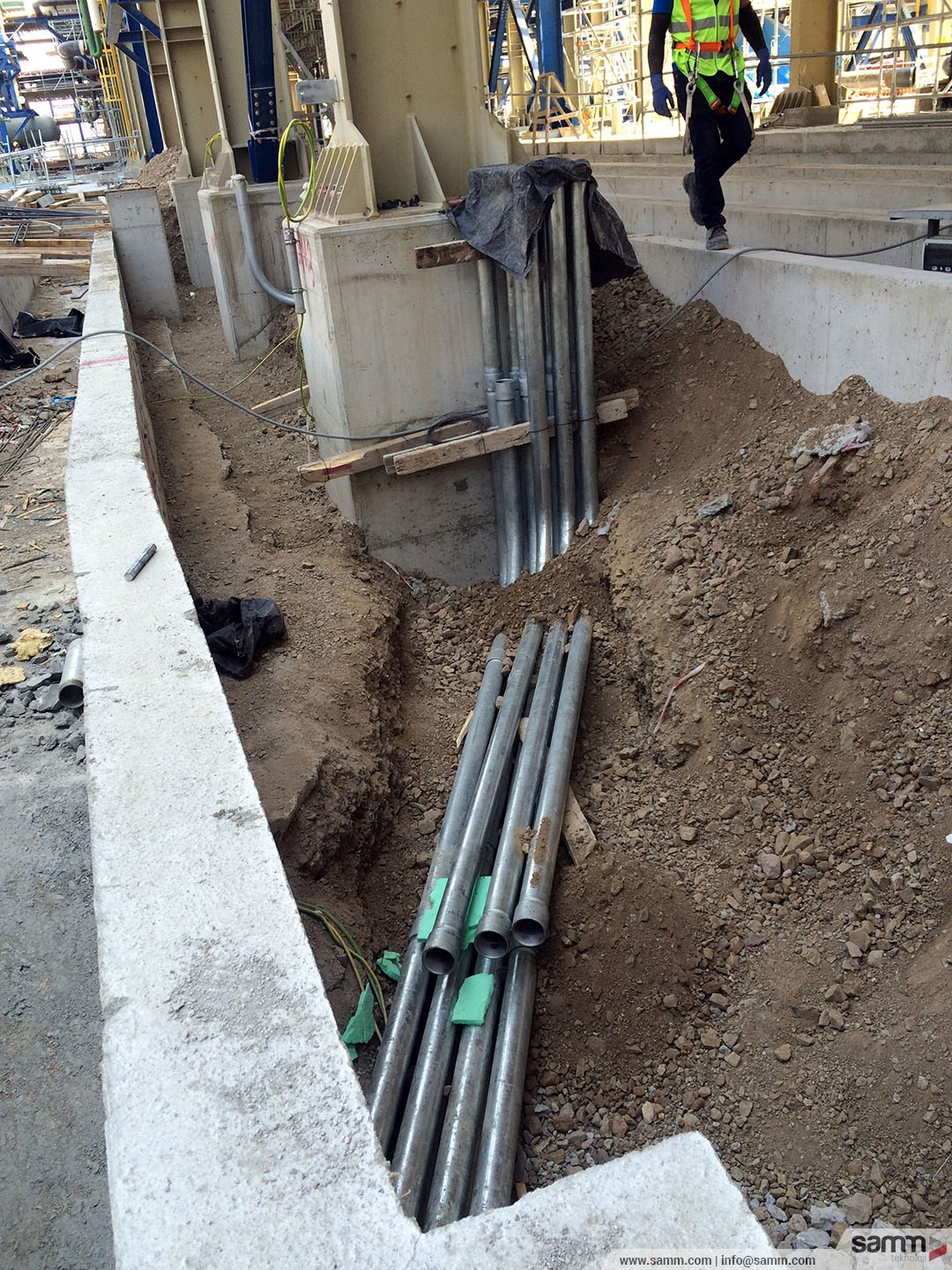 Samm Teknoloji |  RGS pipe installation from an instrument cable trench.